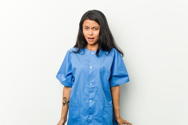 매우 화가 공격적 비명 젊은 아시아 간호사 여자.
