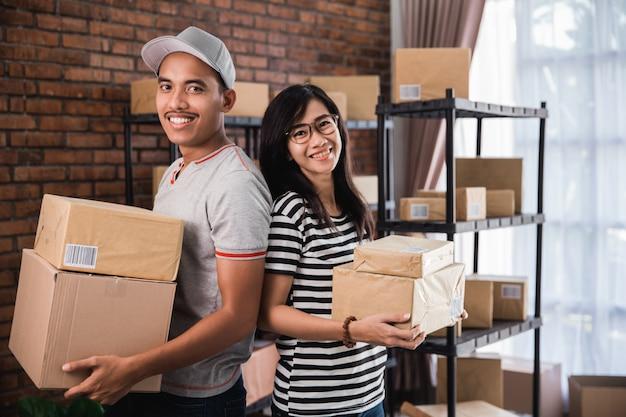Молодой азиатский владелец бизнеса онлайн