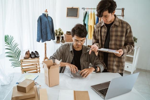 カメラのレンズの包装についてチャット若いアジア人実業家