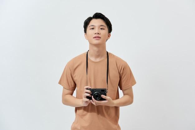 茶色のtシャツを着た若いアジアの写真家