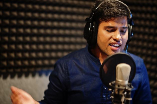 Молодой азиатский певец записи в студии