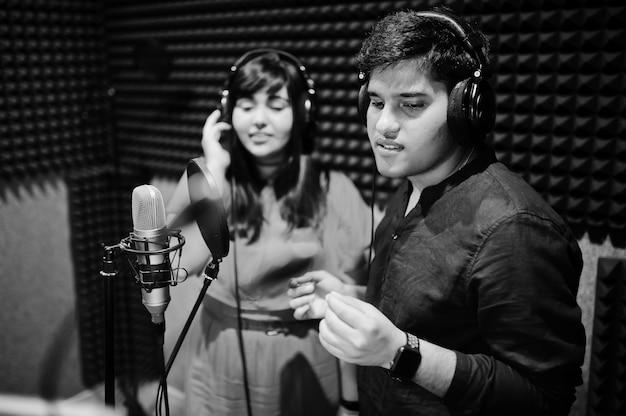 Молодые азиатские певцы записывают в студии