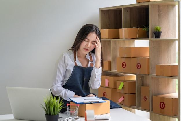 젊은 아시아 소기업 소유자는 집에서 피곤하고 지쳐 과로합니다.