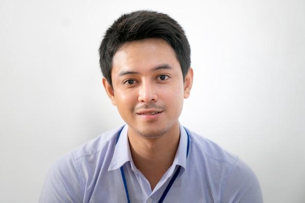 사무실에서 근무 하 고 화상 회의 회의에서 얘기 젊은 아시아 웃는 사업가.