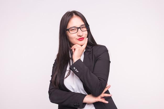 Молодой азиатский студент или бизнес-леди в очках на белом.