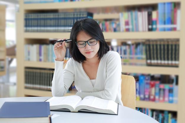 精神的圧力の下で若いアジアの学生