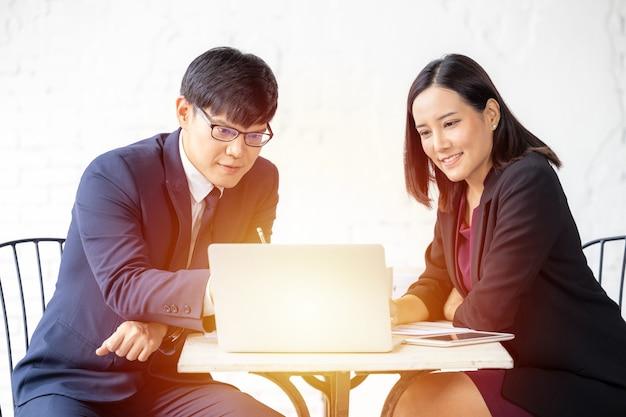 젊은 아시아 성공적인 사업가 및 사업가 파트너 사업가 및 사업가