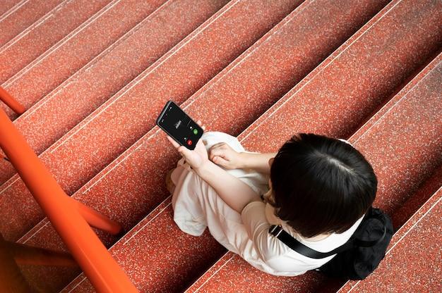 야외에서 전화 통화 하는 젊은 아시아
