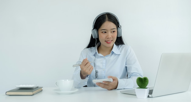 젊은 아시아 인 교사들은 홈 오피스에서 온라인으로 재미있게 가르치고 있으며, covid 바이러스 질병 동안 사회적 거리두기 교육 개념을 가르치고 있습니다.