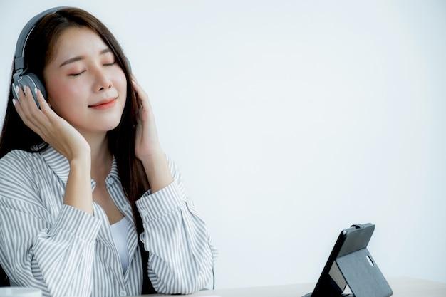 젊은 아시아 교사들이 홈 오피스에서 온라인으로 재미를 가르치고 있습니다.