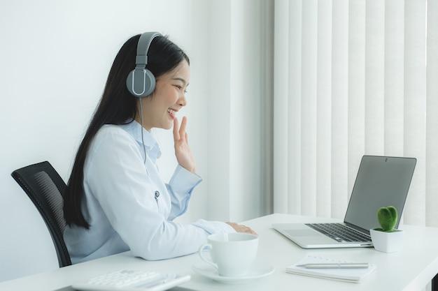 Молодые азиатские учителя учат весело онлайн из своего домашнего офиса