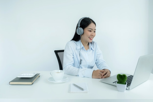 Молодые азиатские учителя преподают онлайн из своего домашнего офиса