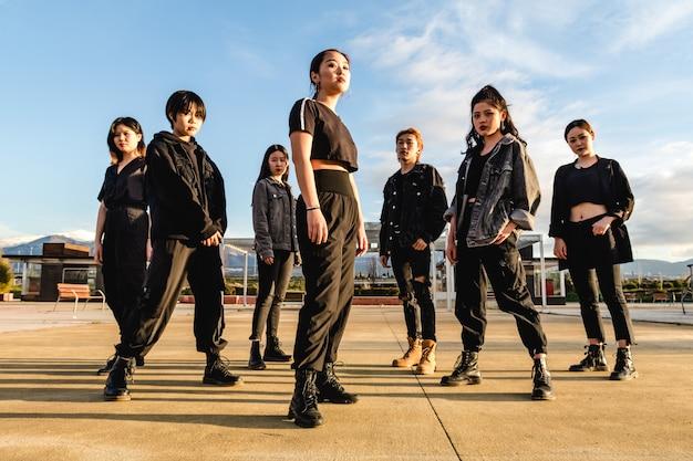 若いアジアチームのポーズ。中国の十代の友人