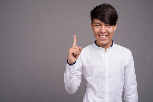 スマートカジュアルな服を着ている若いアジアの10代の少年