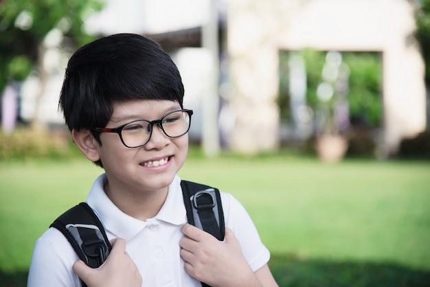 アジアの若いタイの少年が学校に行く幸せ