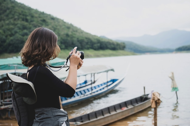 젊은 아시아 관광객들은 자유 시간을 자연 호수를 여행하며 보냅니다.