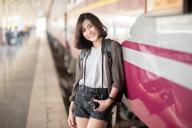 若いアジア旅行女性はタイのバンコクの美しい場所で楽しんでいます。