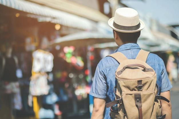 バンコクで通りを歩く若いアジア人旅行者