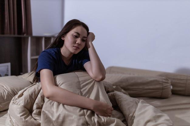 젊은 아시아 여성은 늦은 밤 불면증을 잘 수 없습니다. 잠을 잘 수 없습니다. 수면 무호흡증 또는 스트레스. 수면 장애 개념.