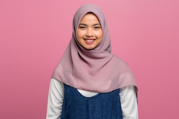 Молодая азиатская женщина веселая и в хиджабе