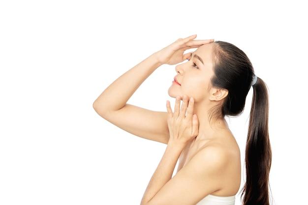 화이트에 젊은 아시아 여성 깨끗하고 신선한 피부