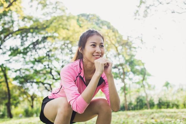 젊은 아시아 여자 운동 공원에 그녀의 아름다움 몸을 구축하기 위해 스쿼트