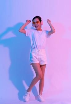 白い背景で運動をしている若いアジアの女性