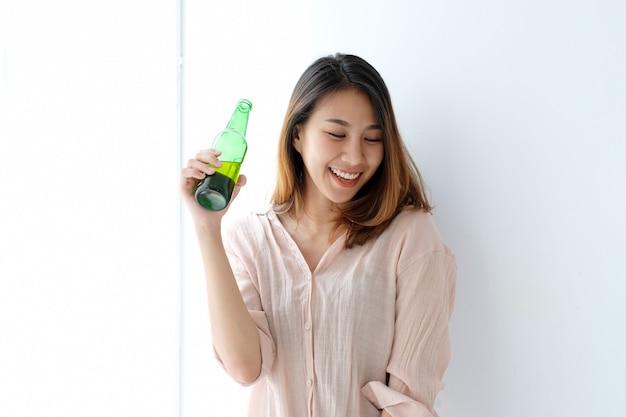 パーティー、お祝い、人々、ライフスタイルでビールを飲む若いアジア女性