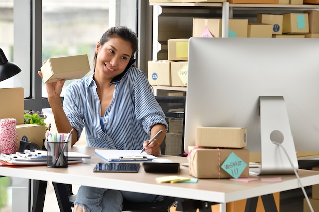 若いアジア女性起業家ビジネスオーナーが自宅のコンピューターでの作業
