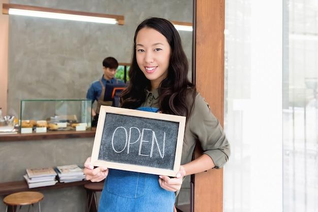 若い、アジア、女、起業家、開いた、サイン、前部、ドア、カフェ