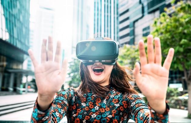 현대 도시에서 vr 안경을 경험하는 젊은 아시아 여성