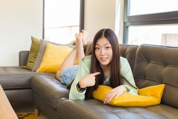 혼란스럽고 당혹스럽고 불안한 느낌이 드는 젊은 아시아 여성, 자기 궁금증을 가리키며 누가 나에게 물어 볼까요?