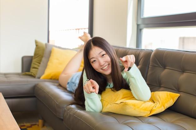 행복하고 자신감을 느끼는 젊은 아시아 여성