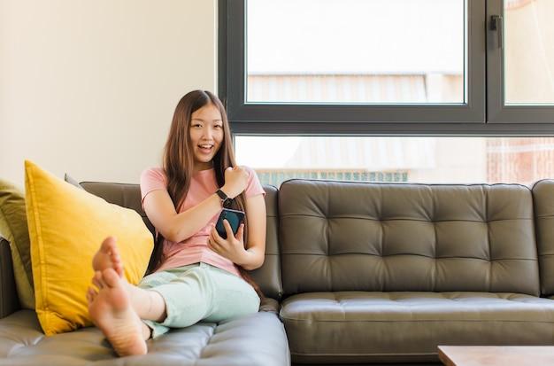 행복하고 긍정적이고 성공적인 느낌, 동기 부여 젊은 아시아 여성