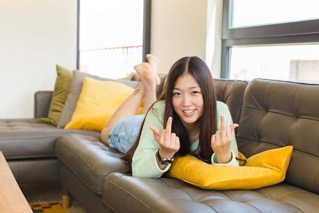 도발적이고 공격적이고 외설적 인 느낌의 젊은 아시아 여성