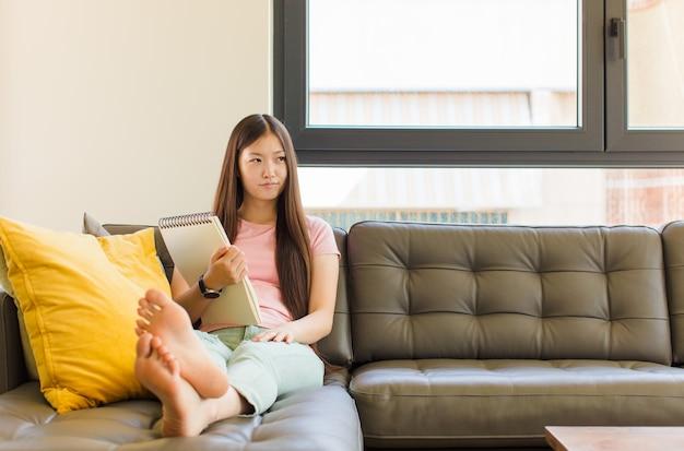슬픈, 화가 또는 화가 느낌 젊은 아시아 여자