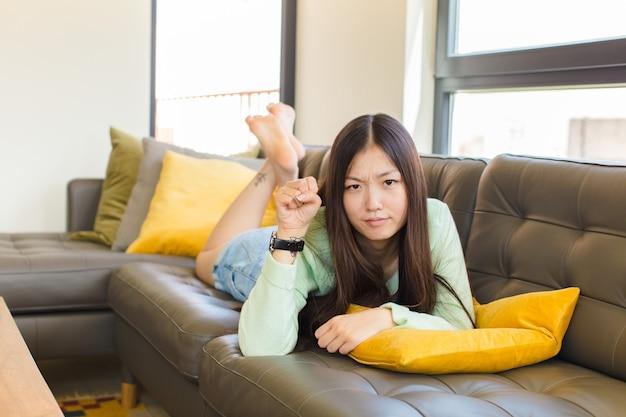 심각한, 강하고 반항적 인 느낌 젊은 아시아 여자