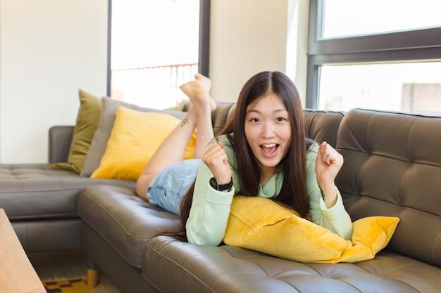 충격, 흥분, 행복, 웃음과 성공을 축하하는 젊은 아시아 여성, 와우!