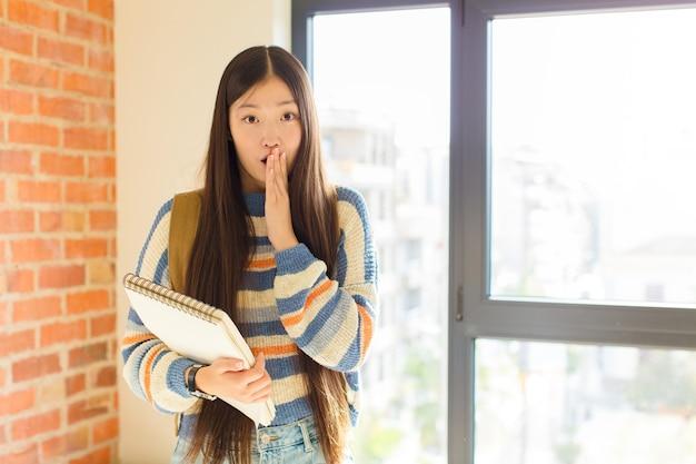 걱정, 화가 및 무서워 느낌, 손으로 입을 덮고, 불안해 보이고 엉망이 된 젊은 아시아 여성