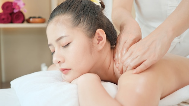 Young asian woman getting relaxing oil massage at beauty spa salon. massage for health