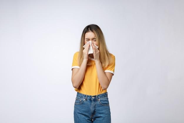 젊은 아시아 여성이 아프고 독감 감기 또는 알레르기 증상이 있습니다.