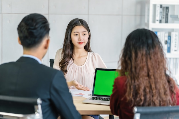프레젠테이션으로 두 명의 관리자와 인터뷰하는 젊은 아시아 여성 졸업