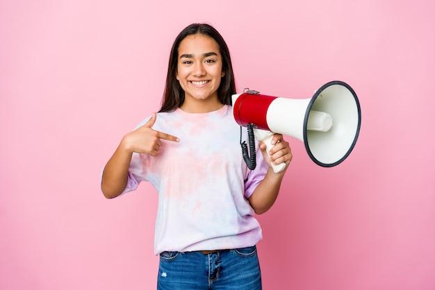 자랑스럽고 자신감, 셔츠 복사 공간을 손으로 가리키는 분홍색 사람에 고립 된 확성기를 들고 젊은 아시아 여자