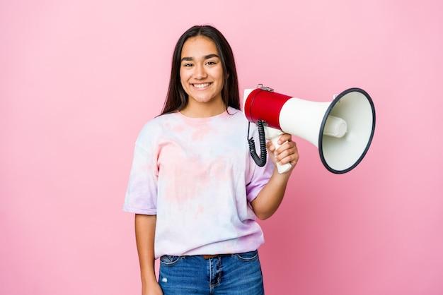 분홍색 벽 행복, 미소하고 쾌활한에 고립 된 확성기를 들고 젊은 아시아 여자
