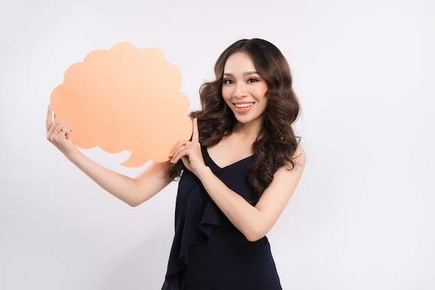 吹き出しを保持している若いアジアの女性