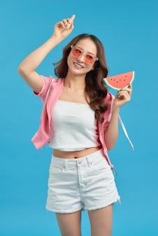 果物を保持している若いアジアの女性
