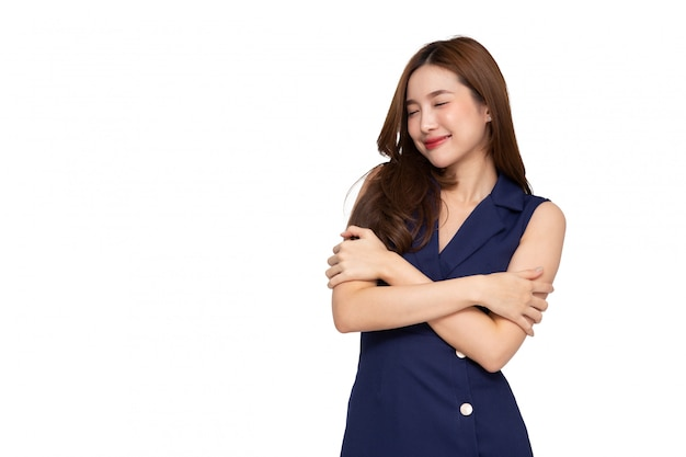 흰색 배경에 고립 자신을 포옹하는 젊은 아시아 여자. 자신에게 개념을 사랑