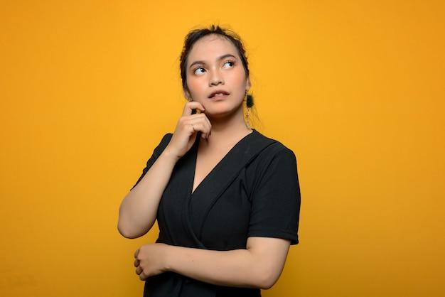 Молодая азиатская женщина в черной блузке