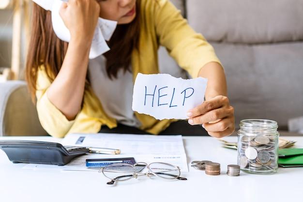 経済状況の悪い若いアジア人女性は、家で助けが必要です。閉じる