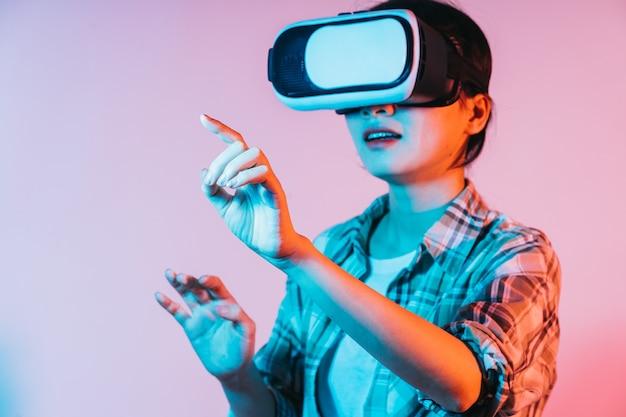증강 현실 기술을 경험하기 위해 vr 안경을 쓰고있는 젊은 아시아 여성